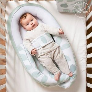 Este ninho é super seguro, aconchegante, confortável e pode ser usado durante o dia com o bebé acordado ou até durante a sesta. ⠀⠀⠀⠀⠀⠀⠀⠀⠀⠀ Pode ser aberto na parte inferior, tornando-o adequado para crianças desde o nascimento até 8 meses, oferece um espaço feito à medida do bebé e proporciona uma sensação segura devido ao seu cinto de segurança. ⠀⠀⠀⠀⠀⠀⠀⠀⠀⠀ 🖥 www.myminimoon.com 📩 shop@myminimoon.com 📞 223 252 987   965 467 237 ⠀⠀⠀⠀⠀⠀⠀⠀⠀⠀ #MyMiniMoon #BabyAndChildLifeStyle #BabyCare #MadeInPortugal #Baby #Bebé #Criança #LojaDeBebés #TudoParaOSeuBeBé #BabyFashion #BabyShop #Ninho #NinhoBebé #NinhoMenta #NinhoSesta #SestaBebé #Doomoo