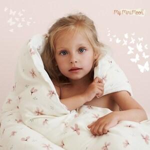 Conjunto de cama composto por uma capa de edredon e uma fronha de almofada. É super macio e vai fazer com que as noites dos seus filhos sejam ainda mais confortáveis 🌟  🖥️www.myminimoon.com 📩shop@myminimoon.com 📞223 252 987   965 467 237  #MyMiniMoon #BabyAndChildLifeStyle #BabyCare #MadeInPortugal #Baby #Bebe #Crianças #ConjuntoCama #CamaGrades #QuartoCrianca #CapaEdredon #NoitesMagicas #Edredon #EdredonInfantil