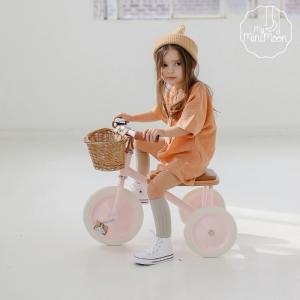 Este triciclo infantil de estilo retro tem uma estrutura durável de aço e um selim acolchoado macio para um passeio confortável. ⠀⠀⠀⠀⠀⠀⠀⠀⠀⠀ A cesta de verga frontal é destacável e perfeita para levar os brinquedos preferidos ao parque. ⠀⠀⠀⠀⠀⠀⠀⠀⠀⠀ 🖥 www.myminimoon.com 📩 shop@myminimoon.com 📞 223 252 987  965 467 237 ⠀⠀⠀⠀⠀⠀⠀⠀⠀⠀ #MyMiniMoon #BabyAndChildLifeStyle #BabyCare #MadeInPortugal #Baby #Bebé #Criança #LojaDeBebés #TudoParaOSeuBeBé #BabyFashion #BabyShop #Triciclo #TricicloCriança #Banwood #TricicloRosa #TricicloBebe #HabilidadesMotoras #TricicloInfantil #BabyPlanning