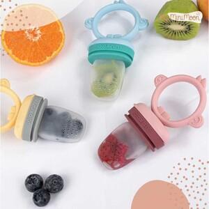 Este alimentador é perfeito para os primeiros passos da auto-alimentação do seu bebé! 🤤  Feito em silicone, os alimentadores  são super macios, perfeitos para as gengivas dos pequeninos.  🖥www.myminimoon.com 📩shop@myminimoon.com 📞223 252 987   965 467 237  #MyMiniMoon #BabyAndChildLifeStyle #BabyCare #MadeInPortugal #Baby #Bebe #Crianças #PratosDivertidos #RefeicaoCompleta #RefeicaoEmFamilia #SiliconeBaby #AlimentacaoInfantil