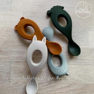 #Novidade: Este conjunto de 4 colheres é perfeito para os primeiros passos da auto-alimentação do seu bebé. ⠀⠀⠀⠀⠀⠀⠀⠀⠀⠀ É feito em silicone, o que os torna super macios. ⠀⠀⠀⠀⠀⠀⠀⠀⠀⠀ 🖥 www.myminimoon.com 📩 shop@myminimoon.com 📞 223 252 987  965 467 237 ⠀⠀⠀⠀⠀⠀⠀⠀⠀⠀ #MyMiniMoon #BabyAndChildLifeStyle #BabyCare #MadeInPortugal #Baby #Bebé #Criança #LojaDeBebés #TudoParaOSeuBeBé #BabyFashion #BabyShop #TalheresSilicone #TalheresCriança #TalheresPapa #TalheresBebé #AlimentaçãoBebé #HoraPapa #Papa #ArtigosBebé #BabyPlanning