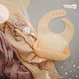 A cor amarela significa luz, calor, descontração, otimismo e alegria. Uma cor perfeita e mimosa nos conjuntos de artigos essenciais para o seu bebé.  ⠀⠀⠀⠀⠀⠀⠀⠀⠀⠀ 🖥 www.myminimoon.com 📩 shop@myminimoon.com 📞 223 252 987 | 965 467 237 ⠀⠀⠀⠀⠀⠀⠀⠀⠀⠀ #MyMiniMoon #BabyAndChildLifeStyle #BabyCare #MadeInPortugal #Baby #Bebé #Criança #LojaDeBebés #TudoParaOSeuBeBé #BabyFashion #BabyShop #Babete #Amarelo #BabeteAmarelo #Sol #Swaddles #SwaddleRosa #SwaddleAmarelo #PreendedorChupeta #Chupeta