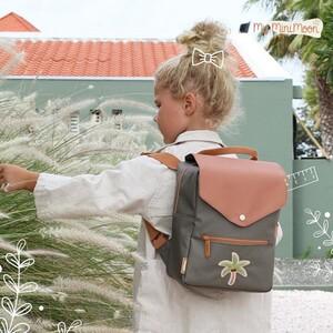 Esta mochila feita de material reciclado é super espaçosa para levar todo o material escolar no Regresso às Aulas 📚😃   🖥www.myminimoon.com  📩shop@myminimoon.com  📞223 252 987 | 965 467 237   #MyMiniMoon #BabyAndChildLifeStyle #BabyCare #MadeInPortugal #Baby #Bebe #Crianças #RegressoAulas #Mochila #Aulas #MaterialEscolar