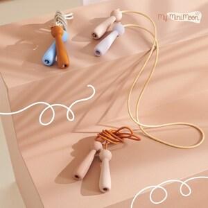 Ensine aos seus filhos como saltar a corda e os truques que fazia em criança com as nossas cordas maravilhosas 🌟  🖥️www.myminimoon.com 📩shop@myminimoon.com 📞223 252 987   965 467 237  #MyMiniMoon #BabyAndChildLifeStyle #BabyCare #MadeInPortugal #Baby #Bebe #Crianças #Brincar #SaltarACorda #BrincarEmFamilia #BrincarEmCasa #BrincarJunto  #BrinquedosInfantis #Brinquedos